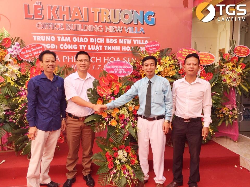 Luật sư Vũ Văn Lợi – Giám đốc Công ty Luật TNHH Hòa Lợi nhận hoa chúc mừng và chụp ảnh lưu niệm cùng với đại diện Hãng Luật TGS