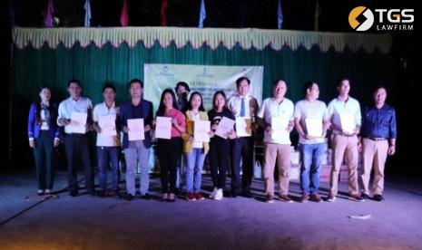 Đại diện các nhà tài trợ nhận Giấy chứng nhận tài trợ của phòng giáo dục huyện Mèo Vạc