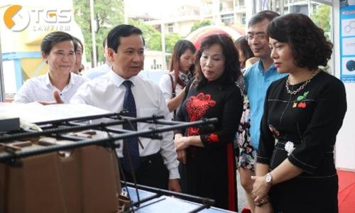 Phó Chủ tịch UBND TP Hải Phòng Nguyễn Văn Thành (áo trắng) hoan nghênh sản phẩm sàn bóng, cốp pha nhựa có mặt trên thị trường xây dựng ở Hải Phòng.