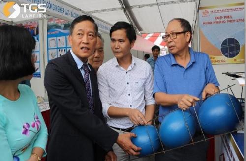 Thứ trưởng Bộ Khoa học và Công nghệ Trần Văn Tùng (áo đen) khẳng định công nghệ sàn bóng có nhiều lợi ích trong xây dựng