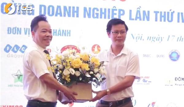 Luật sư Nguyễn Văn Tuấn - Giám đốc Hãng Luật TGS đại diện cho các đơn vị doanh nghiệp, doanh nhân lên tặng hoa
