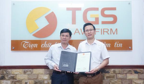 Ông Trần Văn Cần (Đại diện UBND huyện Tuyên Quang) và Luật sư Nguyễn Văn Tuấn (Công ty Luật TGS)