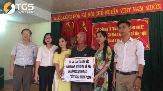 Đại diện Hội Tân Trào tại Việt Nam tặng nhà tình nghĩa trị giá 60 triệu đồng của Hội Tân Trào tại CHLB Đức cho gia đình thương binh, cựu chiến binh Hoàng Đình Cúc