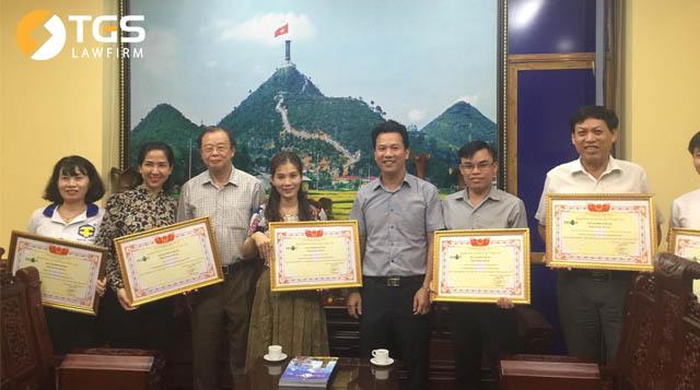 Ông Trần Văn Sại cùng đại diện các nhà tài trợ nhận Giấy chứng nhận tài trợ của Tạp chí Tri Ân