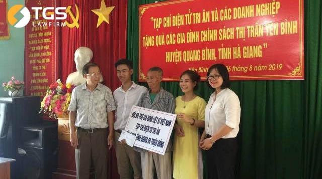 Hội hỗ trợ gia đình liệt sĩ Việt Nam, tạp chí điện tử Tri Ân và các doanh nghiệp cũng tặng một nhà tình nghĩa trị giá 60 triệu đồng cho gia đình ở huyện Quang Bình.