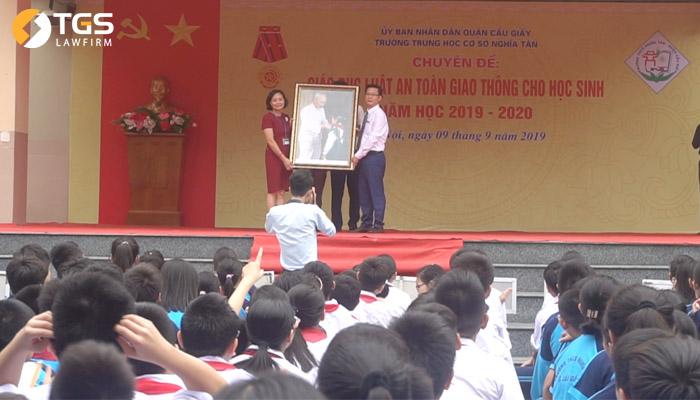 Luật sư Nguyễn Văn Tuấn - Giám đốc Công ty Luật TNHH TGS tặng quà lưu niệm tới phía nhà trường
